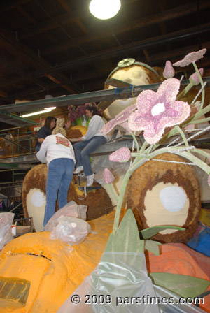 Volunteers working on a Rose Parade Float - Pasadena (December 31, 2009) - by QH