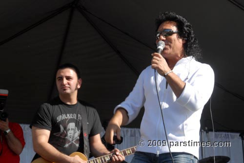 Andy Madadian performing at Rose Bowl (July 21, 2009) - by QH